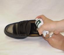 痛い靴にストレッチムースをかける